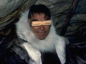 Чукча в солнцезащитных очках из моржовой кости