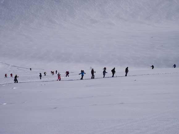 Лыжники поднимающиеся на перевал Юмъекорр
