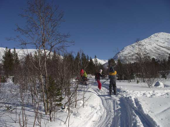 Снегоход, тянущий лыжников, у базы Куэльпорр