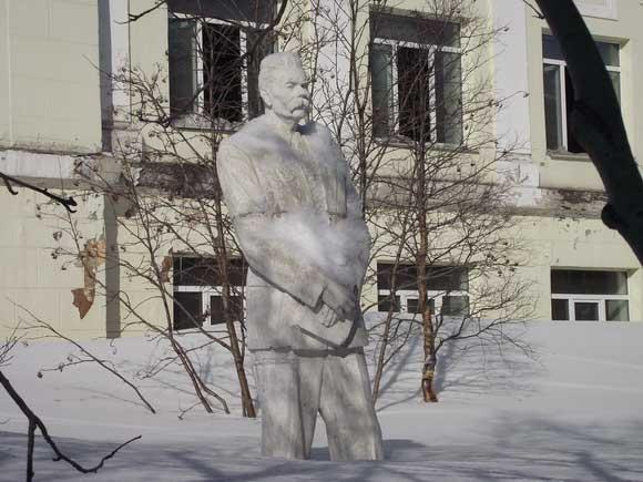 Памятник Горькому в Кировске. Знал ли классик о существовании этого города?