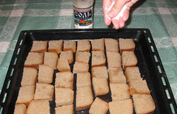 Посолите хлеб перед тем, как поставить в духовку