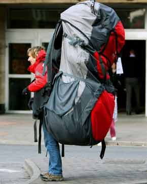 Человек с гигантским туристическим рюкзаком