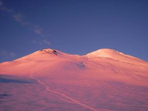 Гора Эльбрус на рассвете