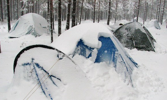Палатки под снегом