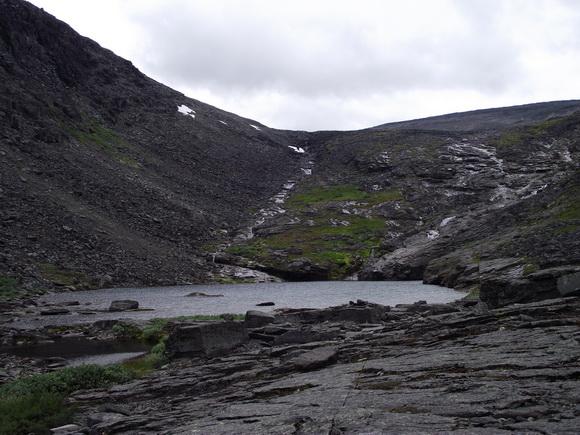 Горное озеро в верховьях ручья Мурнуай, Ловозерье