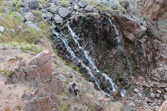 Струи водопада у Териберки в сентябре