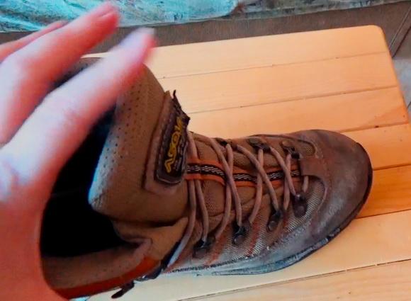 Язычок на трекинговых женских ботинках