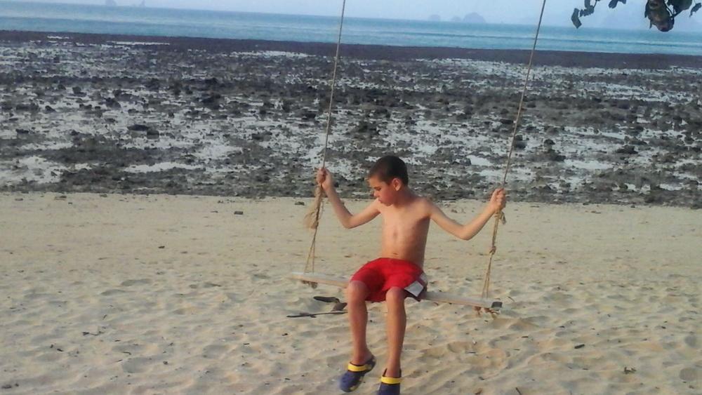 Ребенок заценил качели на островах